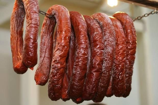 Nitrate in Würstchen und in Fleisch können den Schädel brummen lassen