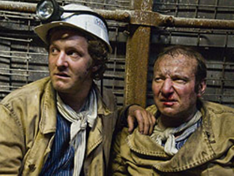 Steigt in die Grube herab: Kommissar Franz Kappl (Maximilian Brückner, l.), hier mit dem Bergbauopfer Heiner Dietz