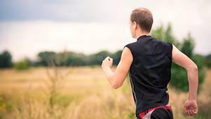 Mann joggt auf einem Feldweg