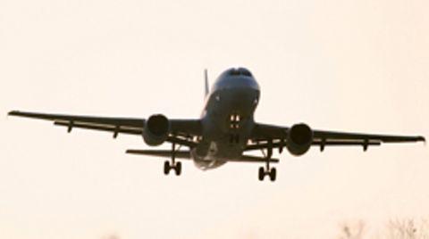 Mehrere Fluggesellschaften konkurrieren auf dem innerdeutschen Markt um die Passagiere - und das nicht nur untereinander, sondern auch mit der Bahn