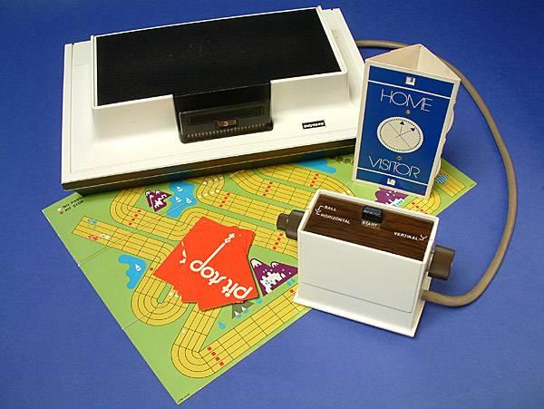 """Die """"Odyssey"""" der Firma Magnavox. Aufgrund der aus heutiger Sicht minimalen grafischen Fähigkeiten des Geräts wurden bei einigen Spielen Folien mitgeliefert, die auf den Fernseher geklebt werden mussten. So hatte man quasi eine Hintergrundgrafik."""