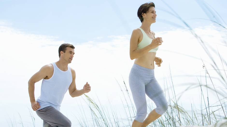 Regelmäßige Bewegung bringt ihr Immunsystem auf Trab. Es muss kein Leistungssport sein: 30 bis 60 Minuten täglich reichen schon, egal, ob Sie joggen, radfahren oder zügig spazieren gehen