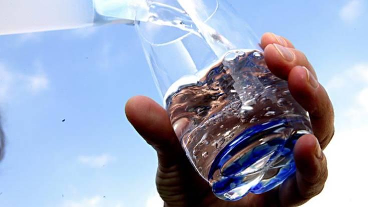 Trinken Sie regelmäßig, denn zu wenig Flüssigkeit macht schlapp und träge. Mindestens 1,5 Liter täglich sollten es pro Tag schon sein - am besten Wasser, Fruchtsaftschorlen mit wenig Saft und viel Wasser, Kräuter- und Früchtetees, die auch gekühlt gut schmecken
