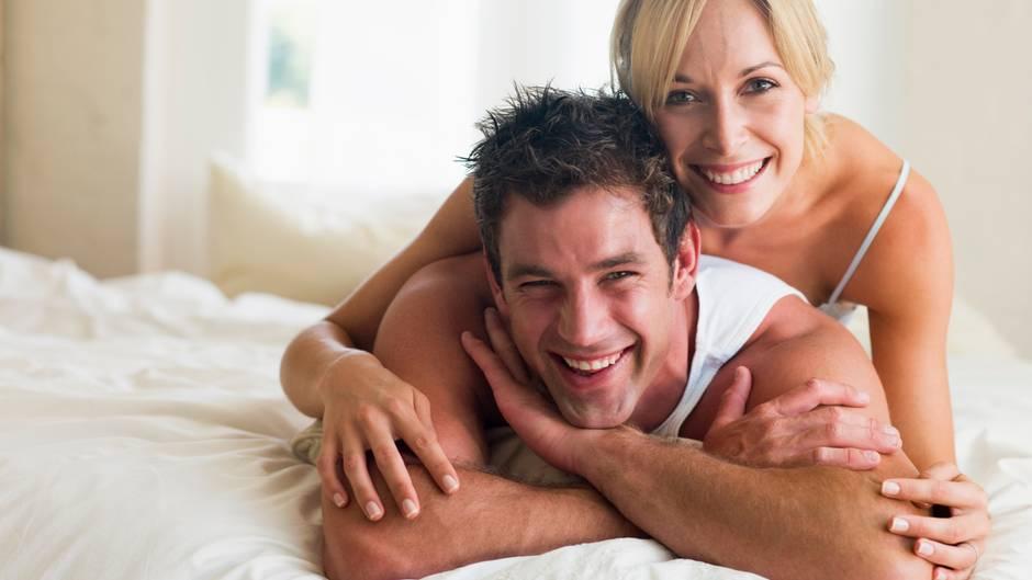 Während ihrer fruchtbaren Tage stehen Frauen auf besonders männliche Typen - auch wenn er charakterliche Schwächen hat. Generell gilt: Um die Zeit des Eisprungs herum, aber auch für kurze Affären, bevorzugen Frauen größere Männer, möglichst mit markanten Gesichtszügen und tiefen Stimmen