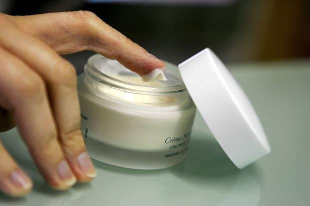 Die richtige Creme hilft der Haut und kleistert sie nicht zu