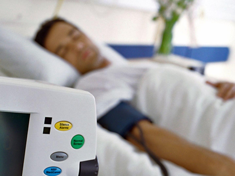 Wenn es beim Blutdruckmessen ein böses Erwachen gibt, kann man mit Medikamenten und einem geänderten Lebenswandel gegensteuern