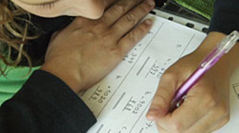 Kinder, die in der Schule mit links schrieben, wurden früher oft dazu gedrängt, ihre rechte Hand zu benutzen - vergeblich, wie Forscher herausfanden