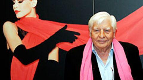 """Die Nähe zu schönen Frauen hat ihm schon immer behagt: Gunter Sachs vor der Fotografie """"Isadora Duncan Claudia Schiffer"""""""