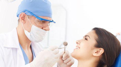 Bevor der Spiegel in den Mund gleitet, sollten Sie mit Ihrem Zahnarzt sprechen können