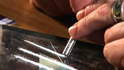 Kokain wird in der Regel geschnupft: Es wirkt berauschend, betäubend, senkt das Hunger- und Schlafbedürfnis sowie sexuelle Hemmungen
