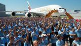 2000 Airbus-Mitarbeiter applaudieren kräftig mit. Vom Emirates-Auftrag fließen allein 12 Milliarden US-Dollar nach Deutschland    Video: So entsteht der neue Airbus