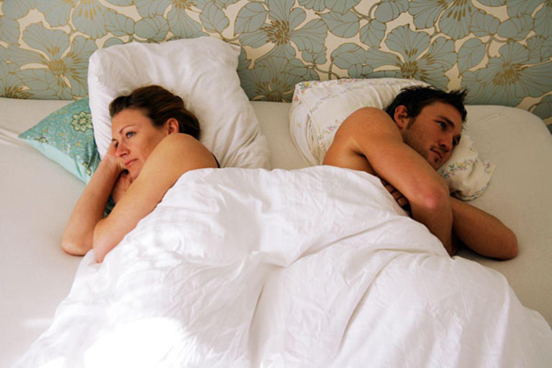 Zufrieden ist die Mehrheit damit allerdings nicht. Jede zweite Frau gab an, dass sie gern häufiger Sex hätte. Bei den Männern wünschen sich sogar 61 Prozent mehr Sex. Die Gründe für die Flaute im Bett sind aus Sicht der Männer die fehlende Lust des Partners (64 Prozent), beruflicher Stress (43 Prozent) und Beziehungsroutine (21 Prozent)    Video: Klatsch for Lunch: Besuch auf der Pornomesse