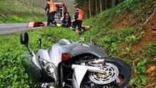 Nicht allein schuldig     Rund vier Millionen Motorräder gibt es derzeit in Deutschland. Sie haben einen Anteil von Zehn Prozent an allen Unfällen mit Personenschäden. 17 Prozent der im Straßenverkehr Getöteten sind Motorradfahrer. Ein Viertel aller Motorradunfälle findet ohne gegnerische Einwirkung statt. Dabei ist zu 50 Prozent überhöhtes Tempo im Spiel. Weitere 25 Prozent der Unfälle werden unter Beteiligung anderer Verkehrsteilnehmer von Motorradfahrern ausgelöst. Hauptursachen sind zu schnelles Fahren und falsches Überholen oder zu geringer Sicherheitsabstand. Aber über die Hälfte der Unfälle wird nicht vom Kradfahrer verursacht sondern einem anderen Verkehrsteilnehmer, meistens durch falsches Abbiegen, Missachtung der Vorfahrt, sowie Fehler beim Wenden oder Anfahren.  Video: Schwerer Motorrad-Crash