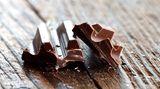 Wenn der Heißhunger Sie überfällt, essen Sie zunächst etwas Kalorienarmes wie eine Möhre oder einen Apfel. Das gibt Ihnen ein Sättigungsgefühl. Und dann gönnen Sie sich eine Belohnung - zum Beispiel ein Stück Schokolade