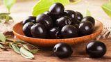 """""""Geschwärzt"""" ist häufig auf Olivenpackungen oder -gläsern zu lesen. Weil die Oliven noch unreif sind und grün, werden sie mit Eisenverbindungen geschwärzt. In der Zutatenliste ist dann beispielsweise der Zusatzstoff E 579 (Eisengluconat) erwähnt"""