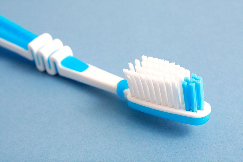 Kaufen Sie eine Zahnbürste mit Antirutschvorrichtung am Griff und achten Sie darauf, dass die Bürste gut in der Hand liegt. Mit einem kleinen Bürstenkopf lassen sich Ecken und Winkel im hinteren Bereich des Gebisses besser säubern. Wählen Sie für Ihre Zahnbürste Borsten mittlerer Härte. Bei freiliegenden Zahnhälsen nehmen Sie besser weiche Borsten.