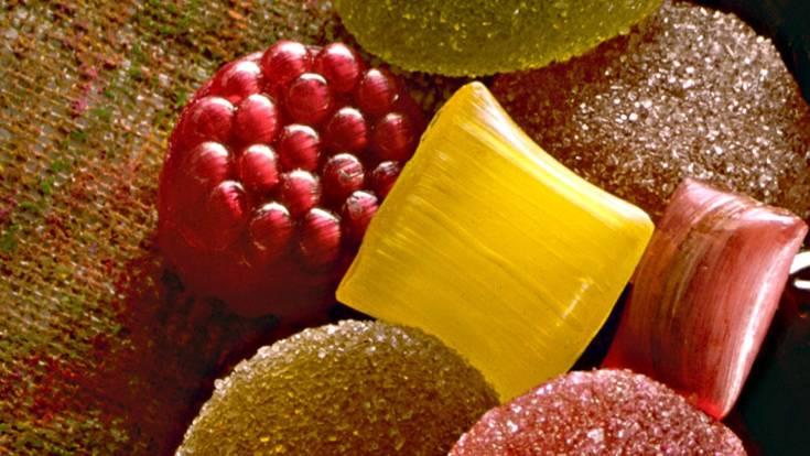 Warten Sie nach dem Verzehr saurer Lebensmittel wie zum Beispiel Wein, sauren Drops, Früchten oder Fruchtsäften mindestens 30 Minuten mit dem Zähneputzen. Zu frühses Schrubben kann den von der Säure erweichten Zahnschmelz schädigen