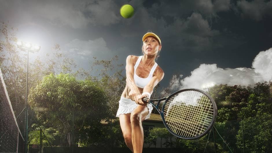 Wenn Sie drei bis vier Stunden in der Woche Breitensport machen, zum Beispiel joggen, tanzen oder Tennis spielen, brauchen Sie nicht mehr zu essen als sonst auch - am besten natürlich vollwertig und ausgewogen.