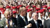 Von wegen Krise: Die Luftfahrtbranche gibt sich dieses Mal ganz in Feierlaune. In der Mitte steht Airbus Präsident Tom Enders    Video: So entsteht der neue Airbus