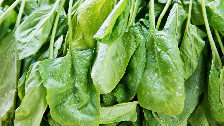 Essen Sie viele Vollkornprodukte, um Eisen aufzunehmen. Geeignet sind auch Hülsenfrüchte wie Erbsen, Bohnen, Linsen, grünes Gemüse wie Kohl, Spinat, Zucchini, Fenchel sowie Beerenobst und Pilze.