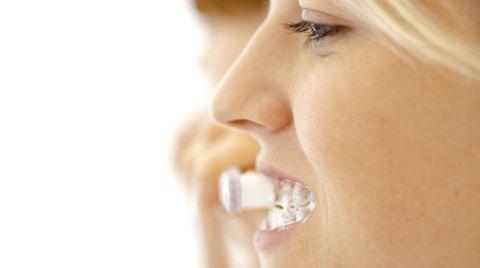 Vermeiden Sie zu starkes Querschrubben oder zu starken Druck beim Zähneputzen. Das schadet Ihren Zähnen auf Dauer, weil dadurch die dünne Schmelzschicht an den empfindlichen Zahnhälsen verloren gehen kann. Putzen Sie Ihre Zähne zweimal am Tag und konzentrieren Sie sich auf diese Tätigkeit.