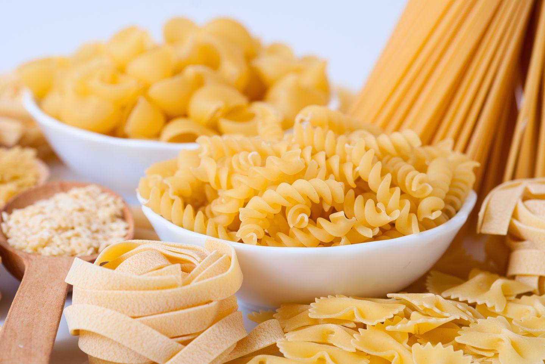 Wenn Sie Insulin spritzen, sollten Sie wissen, wie viele Kohlenhydrat- oder Broteinheiten in Ihrem Essen stecken. Wie viele Kohlenhydrateinheiten (KE) zum Beispiel Nudeln haben, steht in Ihrem Schulungsbuch