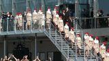 58 Stewardessen von Emirates begleiten die Übergabe. Ihre Zahl steht symbolisch für die bislang von Emirates bestellten A380-Jets     Video: So entsteht der neue Airbus