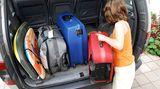 Wenn Sie mit dem Auto reisen, bedenken Sie, dass Insulin Hitze über 40 Grad Celsius und Kälte unter 0 Grad nicht verträgt. Daher sollten Sie Ihre Medikamente nicht im Handschuhfach lagern: Da wird es im Sommer leicht heiß und im Winter kann dort die Heizung die Temperatur hochtreiben. Am besten, Sie verstauen alles in Ihrer Handtasche und nehmen am Ziel alles aus dem Auto mit