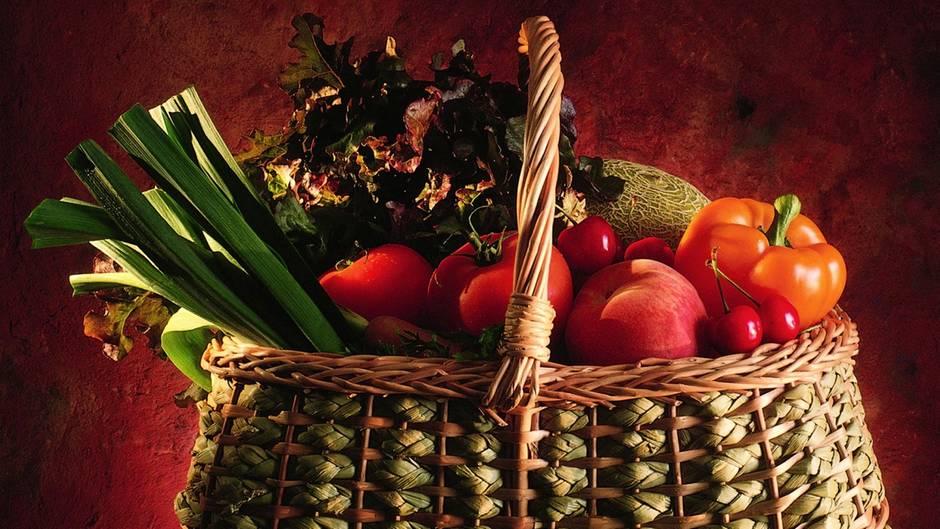 Wenn Sie fünfmal am Tag je eine Portion Obst oder Gemüse verzehren, möglichst frisch oder nur kurz gegart, haben Sie eine ausreichende Menge an Vitamine zu sich genommen. Am besten verteilen Sie Ihre Vitaminhäppchen so: drei Portionen à 375 Gramm Gemüse, davon etwa die Hälfte roh, und zwei Portionen à 250 bis 300 Gramm Obst, am besten frisch. Sie können auch eine Portion Obst oder Gemüse durch Saft ersetzen