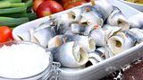 Ein- bis zweimal in der Woche sollten Sie fettreichen Seefisch essen: Lachs, Makrele oder Hering. Diese Fische enthalten Fettsäuren, die wichtig für Ihr Kind sind. Seelachs, Kabeljau oder Schellfisch liefern zudem Jod.