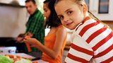 Kochen Sie mit Ihren Kindern gemeinsam, so lernen sie spielerisch, sich gut zu ernähren und ohne ungesunde Fertiggerichte auszukommen. Verteilen Sie die zweite Essensportion erst nach etwa 15 Minuten, wenn sich das Sättigungsgefühl einstellt - vielleicht ist Ihr Kind dann schon satt.