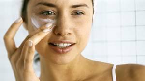 Im Idealzustand enthält normale Haut schon von Natur aus ausreichend Fett und Feuchtigkeit. Sind Sie damit gesegnet, brauchen Sie nur eine leichte Tagescremevom Typ Öl-in-Wasser.