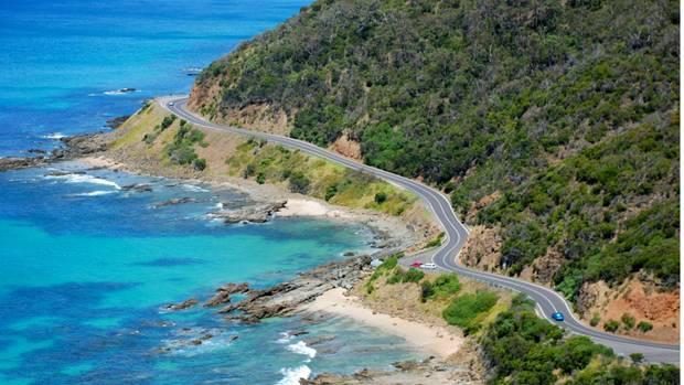 Die Great Ocean Road schlängelt sich über 250 Kilometer an der Südküste Victorias entlang. Die schönste Straße Australiens führt zu idyllischen Badebuchten, atemberaubenden Felsklippen, immergrünen Eukalyptuswälder, gemütlichen Ferienorte und meterhohen Surferwellen