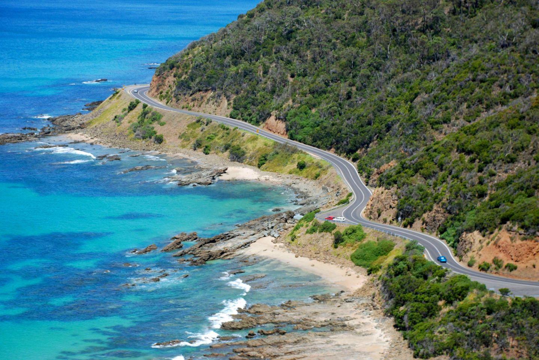 Bild 1 von 16der Fotostrecke zum Klicken:Die Great Ocean Road schlängelt sich über 250 Kilometer an der Südküste Victorias entlang. Die schönste Straße Australiens führt zu idyllischen Badebuchten, atemberaubenden Felsklippen, immergrünen Eukalyptuswälder, gemütlichen Ferienorte und meterhohen Surferwellen