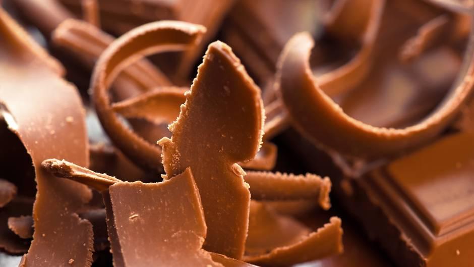 Essen Sie Süßes als Nachtisch und nicht zwischen den Mahlzeiten. Wer Süßes isst, weil er hungrig ist, trainiert sich Heißhunger auf Süßigkeiten geradezu an.