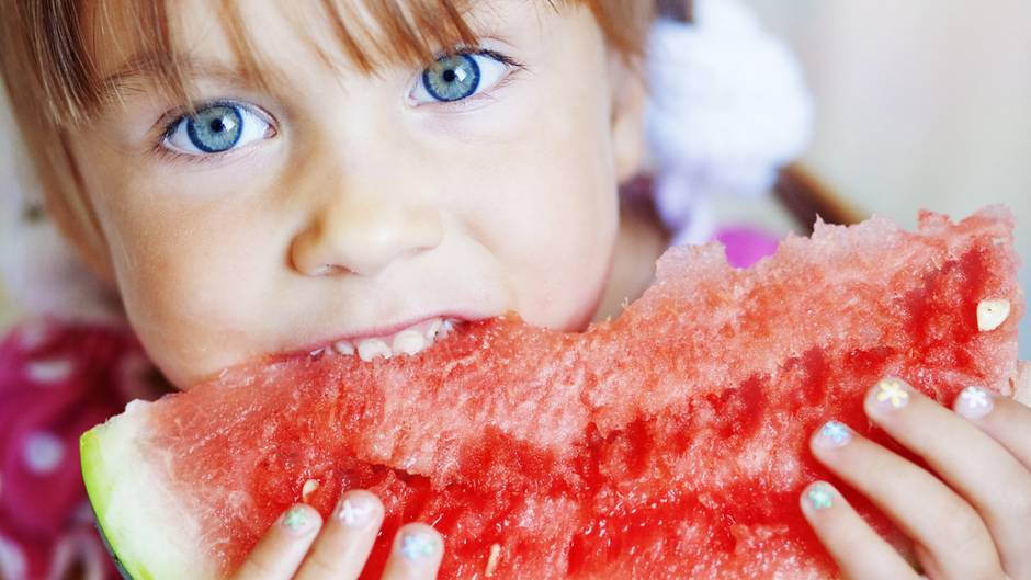 Geben Sie Ihrem Kind viel Obst, Gemüse, Salat, Getreideprodukte und Hülsenfrüchte zu essen. So bekommt der kindliche Körper alle wichtigen Vitamine und Mineralstoffe, um sich gut zu entwickeln.