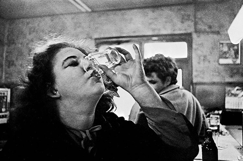 """""""Im Himmel gibt es kein Bier, darum trinken wir es hier"""" hieß es auf einem der Schilder im """"Café Lehmitz"""". Doch hier wurde freilich auch anderes als Bier getrunken.  Der Bildband """"Café Lehmitz"""", erstmals 1978 veröffentlicht, zeigt die Gäste in der Bierstube. Er gilt heute als Klassiker der Milieufotografie. 2013 hat der Verlag Schirmer/Mosel das Buch noch einmal herausgegeben. Der Bildband enthält 116 Seiten und kostet 29,90 Euro."""