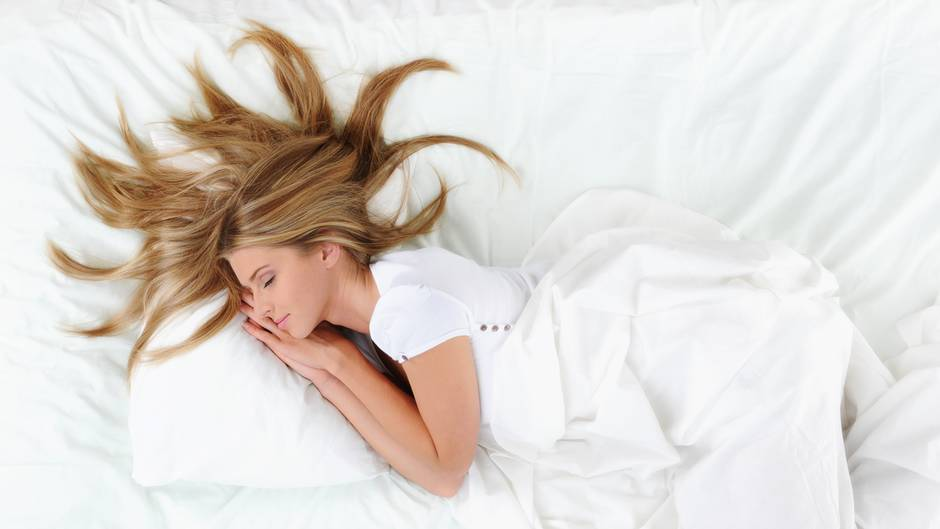 Im Schlaf erholt sich der Körper, die Reparaturarbeiten sind dann in vollem Gang. In dieser Einschätzung sind sich die meisten Spezialitäten einig. Genügend Schlaf ist daher das A und O Ihrer Gesundheit. Achten Sie darauf, dass Ihr Schlafzimmer nicht wärmer als 16 bis 18 Grad und gut belüftet ist