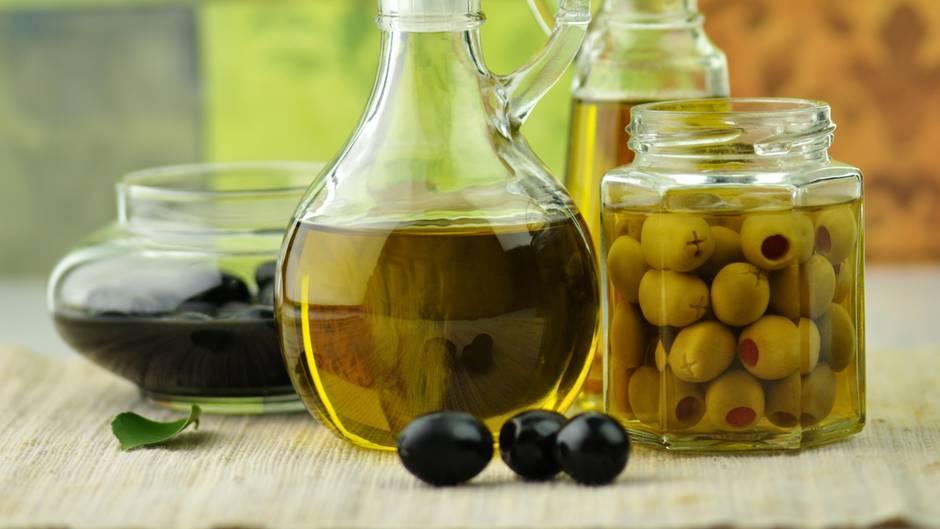 Verwenden Sie zum Kochen und Braten und als Salatdressing Pflanzenöle. Sie enthalten gesunde ungesättigte Fettsäuren und sollten in keiner Küche fehlen. Besonders empfehlenswert sind Olivenöl und Rapsöl.