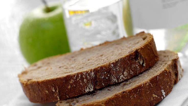 Essen Sie nach dem Rauchstopp kleinere Portionen als vorher und meiden Sie Fettreiches. Greifen Sie zu sättigenden Vollkornprodukten sowie zu viel Obst und Gemüse. Trinken Sie energiearme Getränke wie Wasser, Kräuter- und Früchtetees oder Fruchtsaftschorlen