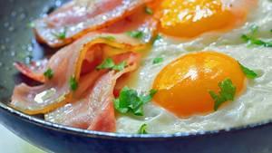 Eier und Speck, frisch aus der Pfanne: Für manche Menschen gibt es nichts Schöneres am Morgen