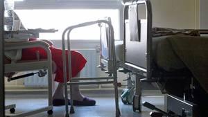 Die 92-Jährige wurde von einer Pflegerin regungslos in ihrem Bett gefunden. Ein Arzt erklärte die Seniorin versehentlich für tot.