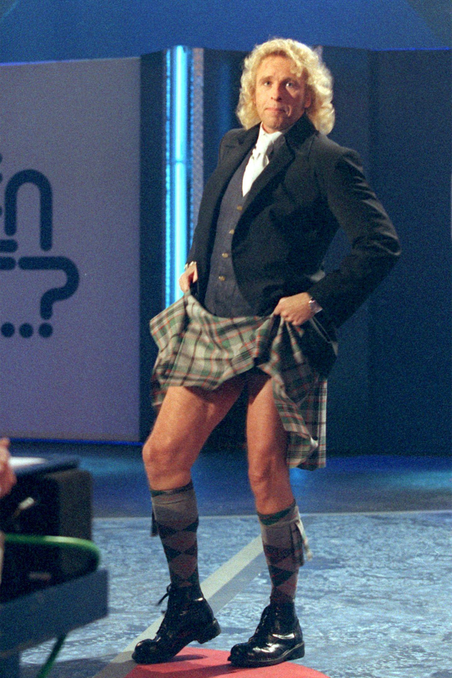 """Thommy im Schottenrock  Seine schlechten Outfits sind legendär. In seiner Zeit als """"Wetten, dass ..?""""-Moderator hat Thomas Gottschalk fast jede Modesünde begangen, die denkbar ist. So schlimm wie am 23. März 2000 war es aber noch nie: Da präsentierte sich Gottschalk in einem kniekurzen Kilt, den er zu allem Überfluss auch noch in die Höhe riss, um seine Beinpracht freizulegen. Das alles kombinierte er noch mit Jackett und Weste. Wer sich sowas ausdenkt? Die britische Modeschöpferin Vivienne Westwood, die auch Gast dieser Sendung war. Danach war man für seine scheußlichen rotkarierten Jacken regelrecht dankbar!"""