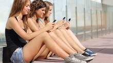 Junge Mädchen und ihr Handy - niemals ohne!