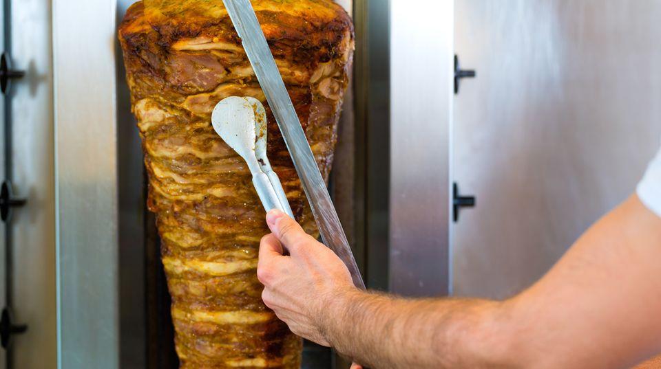 """Dönerverkäufer mit Herz - Bedürftige dürfen bei Hüseyin Yusuf in """"Haci Babas Dönergrill"""" in Bestwig kostenlos essen"""