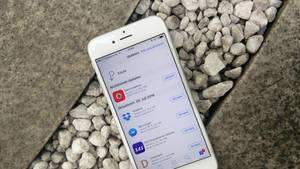 """Trick 6: Hintergrundaktualisierungen im Auge behalten  Auch wenn Sie das iPhone gar nicht nutzen, wollen Ihre Apps auf dem neuesten Stand bleiben. Bei vielen reicht es aber völlig, die Daten beim Öffnen zu laden. Im Menü unter """"Allgemein"""" und """"Hintergrundaktualisierung"""" finden Sie sämtliche Apps, die Daten im Hintergrund laden dürfen. Überprüfen Sie, bei welchen Apps Sie wirklich immer auf dem aktuellen Stand sein müssen - und schalten Sie die Funktion bei allen anderen ab."""