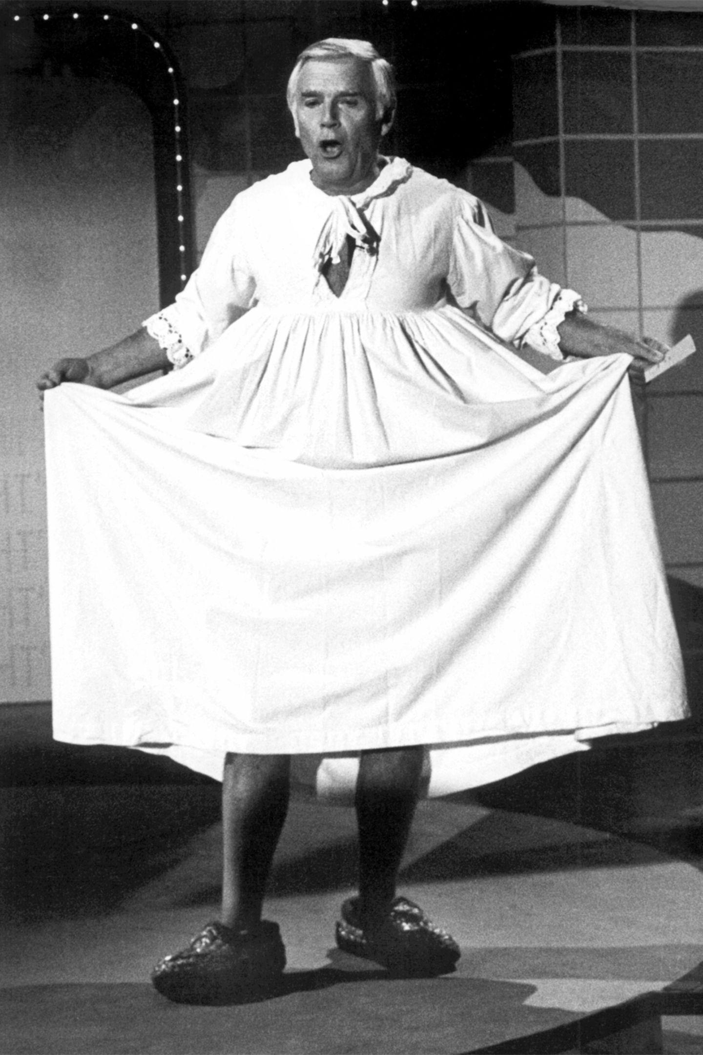 """""""Blacky"""" im Nachthemd  Und auch dieser Eklat geht auf """"Wetten, dass ..?"""" zurück: Nach einer verlorenen Wette in der damals noch von Frank Elstner moderierten ZDF-Show musste Joachim Fuchsberger am 22.10.1983 in seiner eigenen Quizsendung """"Auf los geht's los"""" im Nachthemd auflaufen. Das Publikum, damals noch nicht an die Reizüberflutung des Privatfernsehens gewöhnt, johlte. Die Kritiker hingegen ätzten: Der Auftritt im Nachthemd sei ein Sittenverfall. Fuchsberger wurde persönlich angegriffen. """"Dabei war mein Nachthemd damals ein züchtiges Bauernhemd, das bis zum Boden hing"""", verteidigte er seinen Auftritt später."""