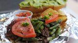 Chile - Chacarero-Sandwich Das Chacarero ist massiv und köstlich, meist wird es mit einem großen Berg Rindfleisch belegt; charakteristisch für dieses Sandwich sind die grünen Bohnen.