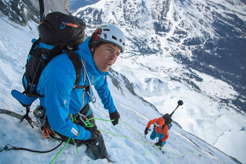 Die Alpinisten bei den Foto- und Filmaufnahmen für die 360°-Dokumentation in der Eiger-Nordwand: links Dani Arnold, weiter unten steigt Stephan Siegrist mit dem auf einer Stange befestigten Kamerawürfel nach.