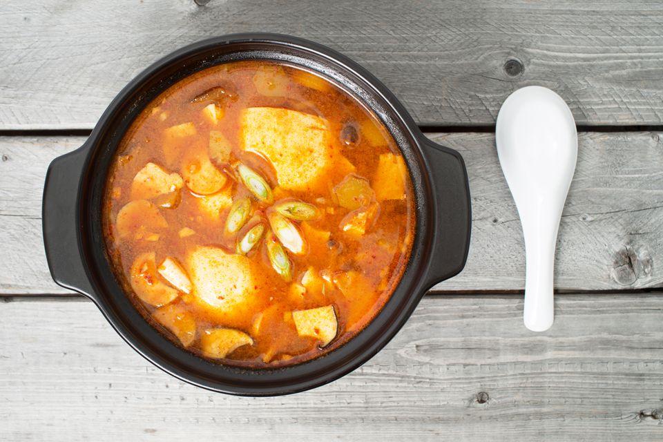 Kimchi-Eintopf ist sehr beliebt in Korea